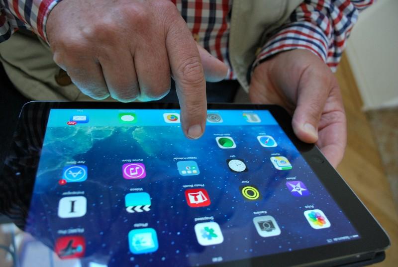 Immer mehr ältere Menschen steigen vom PC auf Laptops und Tablets um.