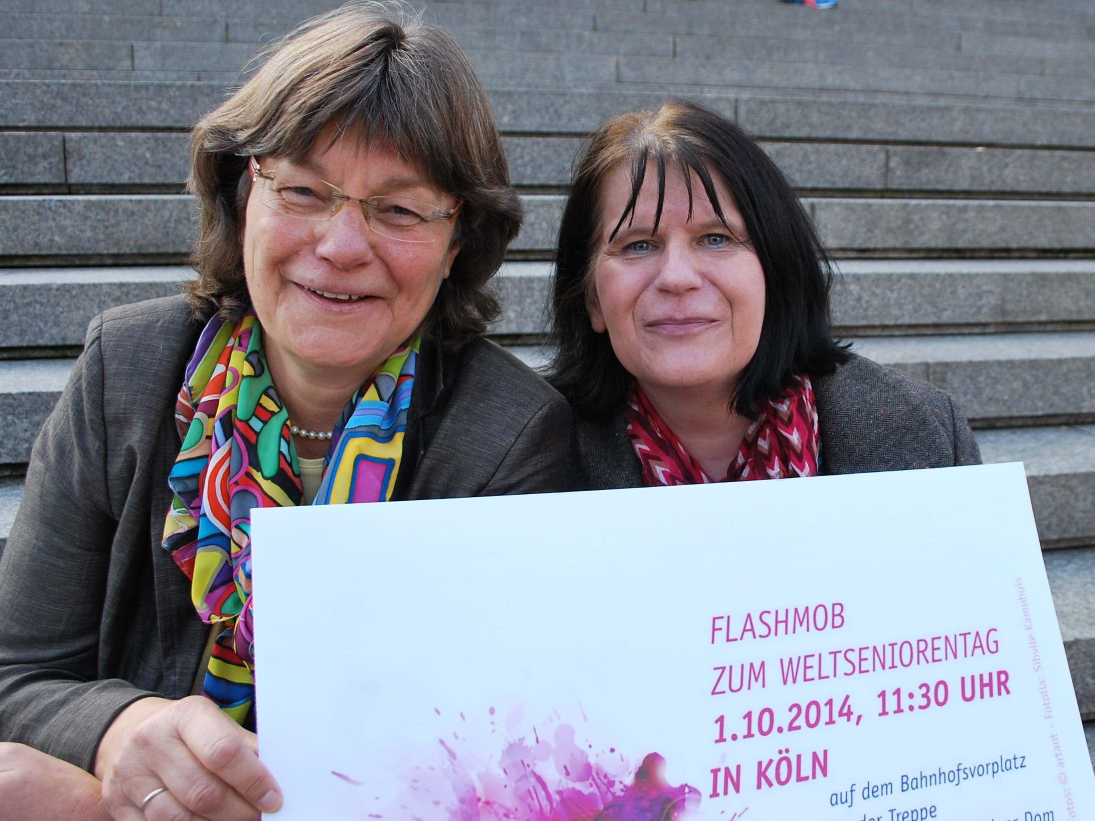 Gabriele Pechel und Ute Aldenhoff von der Altenpastoral des Erzbistums Kölns auf der Domtreppe.