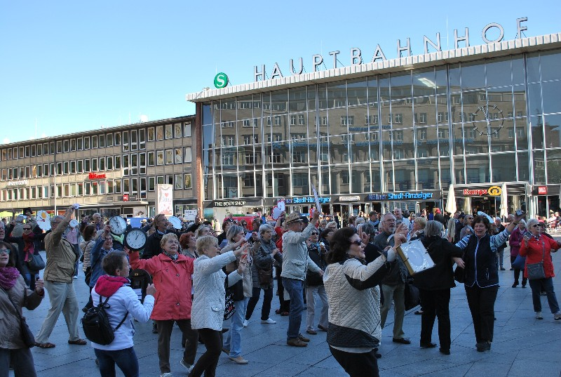 Lebenslustige Senioren beim Flashmob zum Weltseniorentag in Köln.