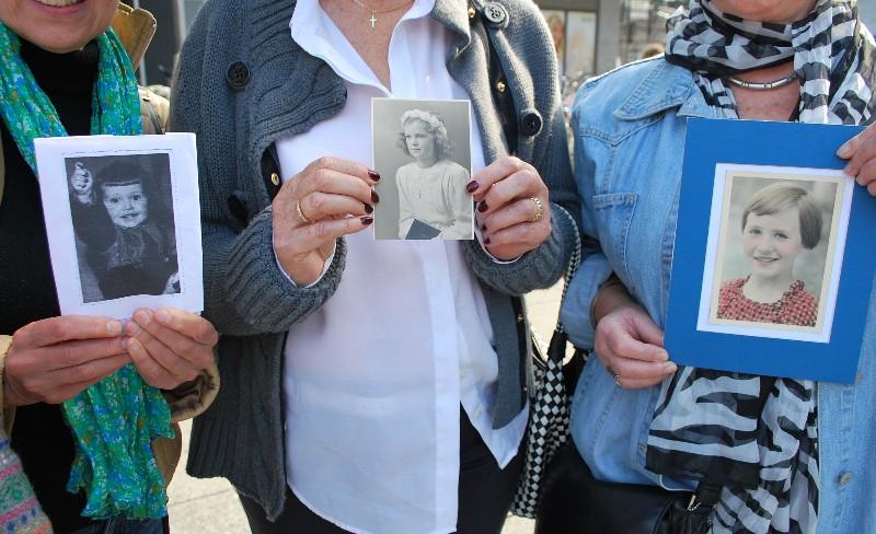 Erkennungszeichen für die Teilnehmer des Seniorenflashmobs: ein Kinder- oder Jugendfoto.