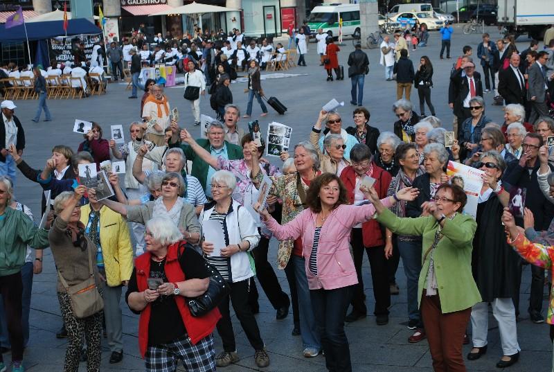 Seniorenflashmob in Köln anlässlich des Weltseniorentages mit Tanz und Gesang zwischen Dom und Hauptbahnhof.